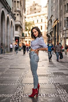 Fashion Photography Poses, Street Photography, Book Modelo, Photo Look, Strike A Pose, Female Portrait, Fashion Looks, Fashion Tips, Rue
