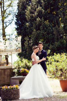 Brautpaar liegt sich lächelnd in den Armen bei www.weddingstyle.de | Foto: Tetty´s Photography