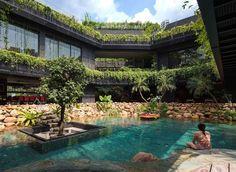 O paisagismo é o protagonista desta construção em um terreno de 25 mil m² em Singapura. O que impressiona neste projeto é a maneira como os terraços e as plantas emolduram o pátio central com piscina, cascata e um lago com carpas. Tudo isso em um terreno em declive -- uma barreira para a execução deste projeto do escritório Chang Architects e vencedor do prêmio A+Awards, do Architizer, em 2016 na categoria casas com mais de 5 mil m².