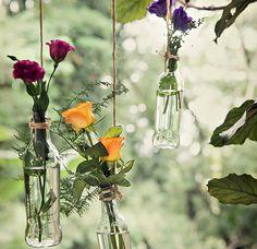 Garrafas penduradas com corda de sisal transformam o jardim numa festa