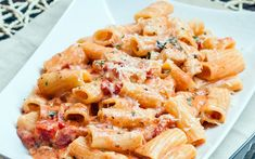 Rigatoni in Blush Sauce with Chicken and Bacon - delicious creamy and cheesy pasta, dinner in 30 minutes. (italian pasta recipes with chicken) Chicken Rigatoni, Chicken Bacon, Pasta With Chicken, Rigatoni Pie, Bacon Recipes, Chicken Recipes, Cooking Recipes, Bacon Food, Pasta Sauce Recipes Bacon