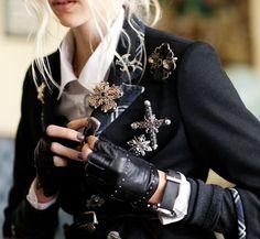 Brosche - trendy fashion accessorize- Very chic! Fashion Details, Look Fashion, Womens Fashion, Fashion Design, Retro Fashion, Trendy Fashion, Steampunk Accessoires, Mode Sombre, Mode Costume