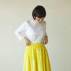 夏に着る衣類に、一番求めたいものは涼しさです。今回は、とっても涼しくて、そして大人の可愛さを持つ、直線裁ちのギャザースカートの作り方を紹介します。 Midi Skirt, Sewing, Skirts, How To Make, Handmade, Women, Fashion, Japanese Clothing, Moda