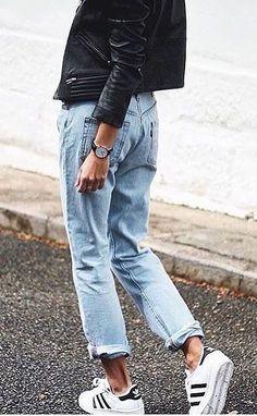 Jean droit roulotté sur la cheville + baskets noir et blanc + perfecto en  cuir = le bon mix (photo Andy Csinger). See more. Peto+chaqueta cuero negra=