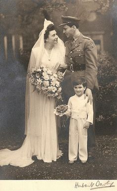 vintage everyday: Wartime Wedding – 41 Emotional Vintage Pictures Show the Marriages of Soldiers in the Past Vintage Wedding Photos, Vintage Bridal, Vintage Pictures, Vintage Weddings, Vintage Family Photos, Vintage Images, 1950 Pinup, Vintage Photographs, Belle Photo