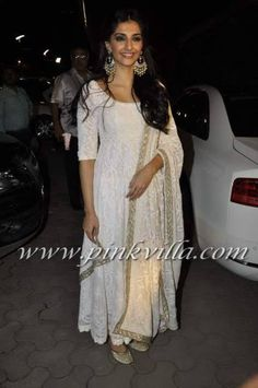 Sonam Kapoor at Shirin Farhad Ki Nikal Padi Screening. She is wearing an outfit by Shehlaa Khan. You can spot Shehlaa Khan in one of the photos. Punjabi Dress, Pakistani Dresses, Indian Dresses, White Anarkali, Anarkali Dress, Anarkali Suits, White Kurta, Simple Anarkali, Yellow Lehenga