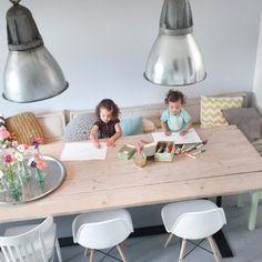 Maak je eetkamer nog knusser met een bank en wat gezellige kussen en dekens - studiowolk
