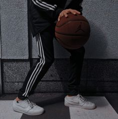 Basketball Pictures, Sports Basketball, Dope Fashion, Fashion Outfits, Basketball Background, Basketball Photography, Photo Chat, Sport Body, Cute Girl Face