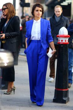 Fashion week street style inspiration pantsuit with a punch. Miroslava Duma, Costumes Bleus, Miranda Priestly, Suit Fashion, Womens Fashion, Fashion Photo, Trendy Fashion, Mode Costume, Mode Hijab