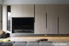 帶狀櫃體結合機能性,巧妙收納各式物品,底部懸空式的設計更是為空間增添一股輕盈感。 Living Tv, Living Room Modern, Home Living Room, Living Room Designs, Living Spaces, Tv Feature Wall, Feature Wall Design, Home Interior, Modern Interior Design