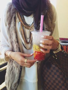 OMG! I love her whole outfit. I would totally wear it to school! :)