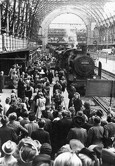 1952 Eintreffen eines Zuges mit entlassenen Kriegsgefangenen aus Norwegen auf dem Lehrter Bahnhof in Berlin