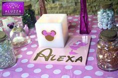 MINNIE MOUSE ROSA Y DORADO. Centro de mesa con Base de madera 20x20cm color rosa claro, personalizada con el nombre de la festejada en color dorado con letra de disney y vinil de silueta de Minnie Mouse rosa claro con moño blanco con una pantalla blanca de cera de 10x10cm con silueta de la cara de Minnie Dorada con moño rosa y vela tea light para iluminarla. ALUZZA #minniemouse #waltdisney #disney #aluzza #centrodemesa #minnierosa #fiestatematica