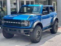 """Bronco Battalion USA on Instagram: """"Velocity Blue Wildtrak!! Raptor on 37's for comparison!! Who is putting on 37's?? Or too big?? 📸 via Jason Fowler on FB 👉🏻 come along…"""" Bronco Concept, New Bronco, Classic Ford Broncos, Amazing Cars, Jeeps, Put On, Mustang, Automobile, Scale"""