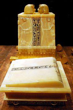 Les cercueils miniatures étaient placés dans ce coffre King Tut Ancient Egyptian Art, Ancient Beauty, Ancient China, Ancient History, Ancient Mexican Civilizations, Cairo Museum, Amelia Peabody, Canopic Jars, Art Gallery Of Ontario