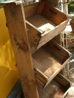 Scaffale con cassette di legno