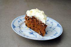 Denne her gulerodskage har jeg glædet mig som et lille barn til at dele med jer. Meget længe! Kagen stammer fra min tid i køkkenet hos caféen og delikatessebutikken Secret Kitchen, hvor jeg arbejdede i flere år ved siden af studiet. Jeg bagte kagen ugentlig efter min dejlige chef Carstens opskrift. Kagens popularitet var uden...Læs mere »