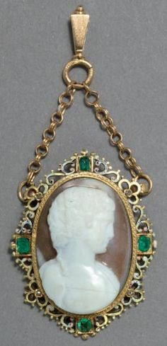 Cameo CAMEO PENDANT IN Silver, Gold H.: 3.5cm France - Renaissance Style Very good condition In the center a young Adonis, curly hair, carved in stone is framed with a gold filigree frame and silver beads around fou