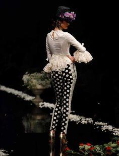 La firma malagueña ha subido a la pasarela «Despertando pasiones», una colección con patrones y fajines que realzan la silueta de la mujer, en gamas de tonos magenta, amatista y morado (Foto: Rocío Ruz) Spanish Fashion, Spanish Style, White Fashion, Boho Fashion, Womens Fashion, Flamenco Costume, Mexican Textiles, 2016 Fashion Trends, Black White Red