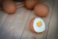 Есть несколько способов легко очистить яйца