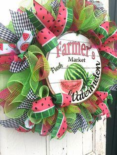 Bright Summer Watermelon Wreath in lime green and fuchsia deco mesh with metal Farmer& Market Watermelon sign. Fun and Bright! Watermelon Crafts, Burlap Wreath Tutorial, Summer Deco, Country Wreaths, Wreath Crafts, Wreath Ideas, Tulle Wreath, Summer Wreath, Spring Wreaths