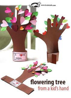 Basteln mit Papier für den Muttertag. Einfach Idee um mit den Kindern für den Muttertag zu basteln. Den Umriss der Hand auf braunes Papier aufzeichnen, einen Ständer dafür basteln und bunte Herzen aufkleben.