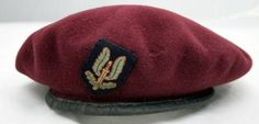 The famous Maroon beret of the Airborne Forces was adopted by all WW2 SAS Regiments in March 1944 (1, 2, 3 & 4 SAS). When 22 SAS was formed from the Malayan Scouts their initial head dress was the Maroon beret until 1957 when the SAS reverted back to the original Sand coloured beret. Army Beret, Military Beret, Tactical Vest, Tactical Guns, Sunshine In My Pocket, Special Air Service, Red Berets, War Photography, Paratrooper