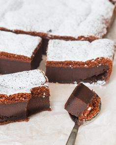Magic chocolate cake- Magische chocoladecake Magical chocolate cake – A delicious cake that looks like you& been in the kitchen all day and is ready quickly. But the real magic happens during baking … - Magic Chocolate Cake, Chocolate Recipes, Köstliche Desserts, Delicious Desserts, Yummy Food, Pie Cake, Brownie Cake, Baking Recipes, Cake Recipes