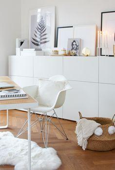 ✨Melissas Home-Office✨ Lieblingsplatz von Style Managerin Melissa ist ihr helles & wunderschönes Home Office. Weißes Interior, eine Gallery Wall, wunderschöne Deko-Accessoires, ein kuscheliges Fell & goldene Akzente sorgen für ein einzigartiges Ambiente. // Homeoffice Schreibtisch Arbeitsplatz Stuhl Fell Korb Aufbewahrung Konsole Kommode Sideboard Deko  Bilder Skandinavisch #Homeoffice #Schreibtisch #Arbeitsplatz #Kommode