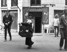 1972. Slumstormerne sættes ud af Stærekassen på Christianshavn. Foto Mini Wolff