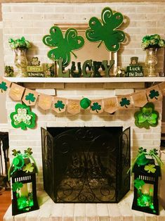 Go inexperienced with these St Patrick's Day decor concepts. From festive wreaths to shamrock decorations, there are many DIY St. Patrick's Day decorations right here that can assist you to plan the proper St. Patrick's day occasion. Deco St Patrick, Fete Saint Patrick, Sant Patrick, St Patrick's Day Decorations, Fireplace Decorations, St Patrick Decorations, Holiday Crafts, Holiday Fun, Saint Patrick's Day