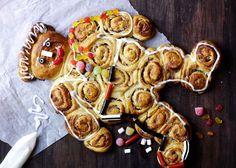 Opskrift på kanelsnegle kagemand. Lav en kagemand af kanelsnegle og med lækker remonce med marcipan. Få opskriften på kagemand af kanelsnegle her!