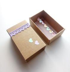 Πρωτότυπη Ευχετήρια Κάρτα σε Κουτί σε σχήμα Σπιρτόκουτου !! Η διάστασή του είναι 7,6 x 12,3 x 4,9 cm  Έχει γιρλάντα με χάρτινες καρδούλες , υφασμάτινη κορδέλα με λουλούδια ,διακοσμητικό κουμπί και δαντέλα.  Κάνε την μαμά να χαμογελάσει !Έτσι απλά! Ναι ναι ... θα το κρύβει στο συρτάρι θα το ανοίγει που και που και θα χαμογελάει!  Μπορείς να προσθέσεις το μήνυμά σου ή ένα μικρό γράμμα με όλα αυτά που έχεις να της πει Container, Box, Cards, Snare Drum, Maps, Playing Cards