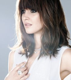 There're many kinds of fringes like full blunt, side swept and deep part fringe, which are all perfectly framing our face and covering up angular edges. With their help, we could create the look of an oval or round shape to the face with ease. Here're some tips when you are considering getting a fringe. …