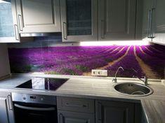 Mintás konyha hátfal ötletek - friss, színes látványelem virágokkal, nyomtatással dekorált üveg, edzett üveglappal borított tapéta, mozaik