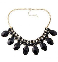 Collar tipo gargantilla con base color dorado formado piedras negras en forma de óvalo y pequeñas