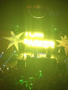 Tom se apresentando como DJ em Cork, na Irlanda #CoberturaTWBR (via @HorganLouise)