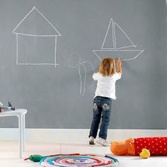 Utiliza pintura de borrado en seco para crear tu propia pizarra del tamaño que quieras y  compartas tiempo con tus hijos incentives su creatividad.