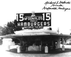"""First"" McDonalds in Des Plaines, IL. Actually this is the second McDonalds'. The first was opened by the McDonald brothers in San Bernardino, CA. Iconic Photos, Rare Photos, Vintage Photos, Rare Images, 1940s Photos, Vintage Stuff, Mcdonalds, Burger Joint, Funny Emails"