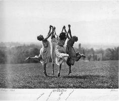 Dalcroze-Schule (Four Dancers in Flight), photo by Frédéric Boissonnas, Vintage Photography, White Photography, Old Photos, Vintage Photos, Isadora Duncan, Beltane, Modern Dance, Photo Art, Black And White