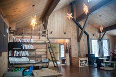 Dormir dans une cabane dans les arbres au Québec (Detour Local) -> Le magnifique intérieur des batiments communs de Kabania www.detourlocal.com/dormir-dans-cabane-dans-les-arbres-au-quebec/
