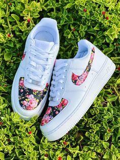 Custom Painted Shoes, Custom Design Shoes, Custom Shoes, Hype Shoes, On Shoes, Nike Shoes Air Force, Air Force Sneakers, Sneakers Nike, Cute Nike Shoes