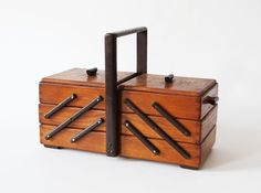 Vintage Nähkasten Nähtisch Holz aufklappbar von HorsesForCourses
