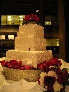 Beautful wedding cake with great table decorating ideas wedding-on-the-brain