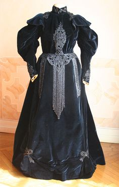 Complete three-piece (bodice, skirt and cape) in velvet dark blue silk. The bodice is closed in front by hooks. Inside the cape there 'label' paves daughters Grace M. Mode and Packaging Naples, 1891-1900. Dress, front view without cape