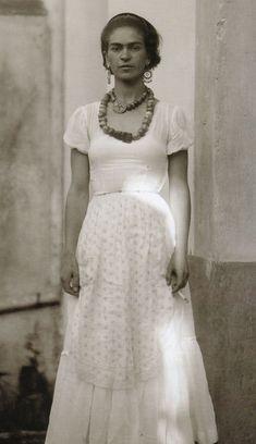 BIOGRAFIA: Frida Kahlo. Profissão:Pintora Nome - Magdalena Carmen Frieda Kahlo y Calderón foi uma pintora mexicana. Wikipédia Nascimento: 6 de julho de 1907, Coyoacán, México Falecimento: 13 de julho de 1954, Coyoacán, México Nacionalidade: Mexicano Cônjuge: Diego Rivera (de 1929) a 1954), Diego Rivera (de 1929 a 1939) Períodos: Surrealismo, Arte moderna, Realismo mágico.