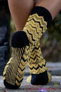 "Knitted socks with a pattern of ""zigzag"" are made in the style, which is associated with Florence of Knitted Slippers, Knit Mittens, Knitting Socks, Knitted Hats, Knit Socks, Knitting Designs, Knitting Patterns Free, Free Knitting, Baby Knitting"