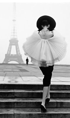 Paris, 1955  Vintage Christian Dior qui changeait de mode parisienne.