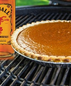 Fireball Whisky Pumpkin Pie Is Going To Be Your New Favorite Dessert This Fall - Pumpkin recipes - Pie Recipes Pumpkin Pie Cheesecake, Pumpkin Pie Recipes, Pumpkin Beer, Pumpkin Spice Latte, Best Pumpkin Pie, Vegan Pumpkin, Fireball Recipes, Fireball Whiskey, Frozen Pie Crust