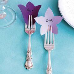 LUGARES GARFADOS | utilze garfos para marcar lugares dos convidados na mesa ou até mesmo para indicar qual menu será servido.  #garfos #mesadejantar #ficaadica #criatividade #tecnisadecor #tecnisa